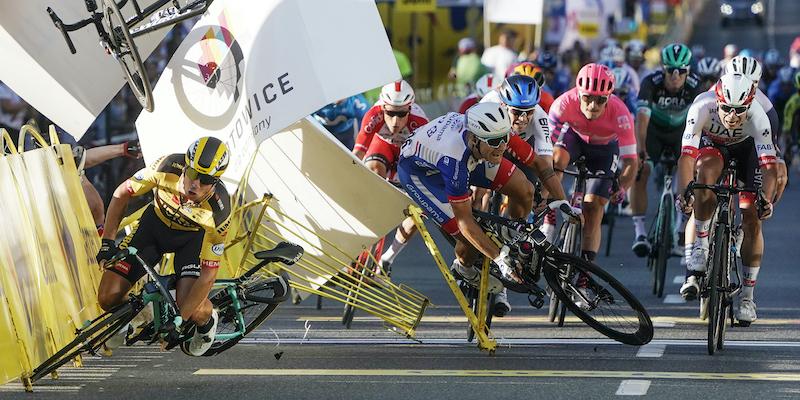 Il ciclista olandese Fabio Jakobsen è in gravi condizioni dopo un incidente al Giro di Polonia