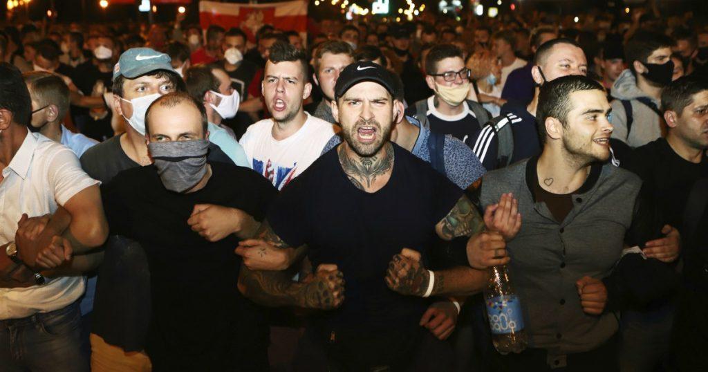 """Bielorussia, la vittoria di Lukashenko finisce nel sangue: un manifestante ucciso, ferito, 3.000 arresti. Lui: """"Proteste dirette da Londra, Praga e Varsavia"""". Opposizione in rivolta: """"Brogli"""""""