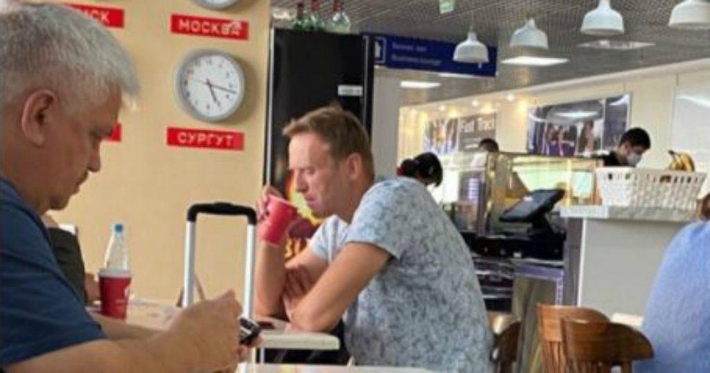 """Alexei Navalny, l'avversario di Putin è tra la vita e la morte: ipotesi di avvelenamento. Francia e Germania: """"Disposti a offrire cure e asilo"""""""