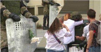 Bielorussia, polizia in tenuta antisommossa abbassano gli scudi: i manifestanti si avvicinano per abbracciarli e regalare fiori - Video
