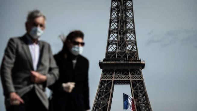 Maschere da esterno obbligatorie in alcune zone di Parigi (Ansa)