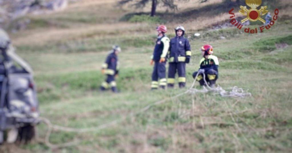 """Cuneo, fuoristrada si schianta contro una scarpata a Castelmagno: sono morti cinque ragazzi tra gli 11 ei 24 anni. """"In 9 su un veicolo omologato per 6"""""""