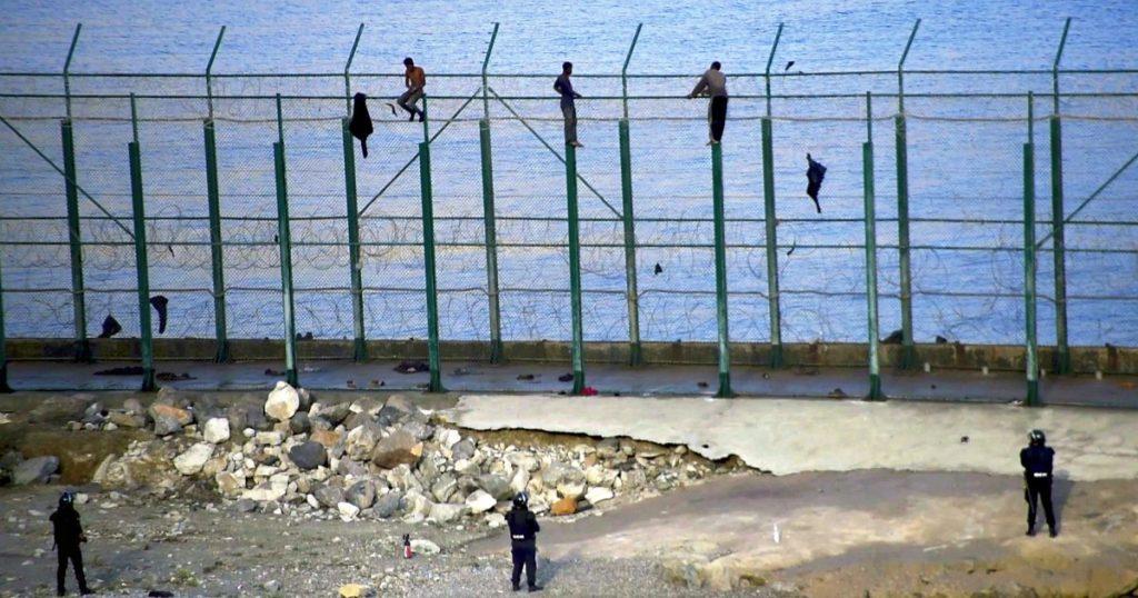 """La Spagna costruirà il muro anti-migranti più alto del mondo: 10 metri di altezza a Ceuta e Melilla. ONG: """"Madrid non è mai stata così brutale"""""""