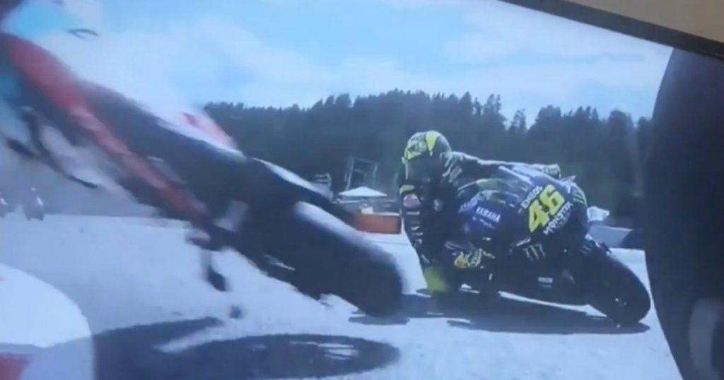 """Valentino Rossi """"miracoloso"""": la moto di Zarco lo tocca dopo un incidente con Morbidelli. """"Il rischio più grande della mia vita, sono scosso"""""""
